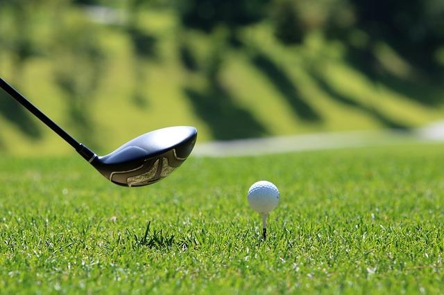 juega al golf en el campo de la morgal